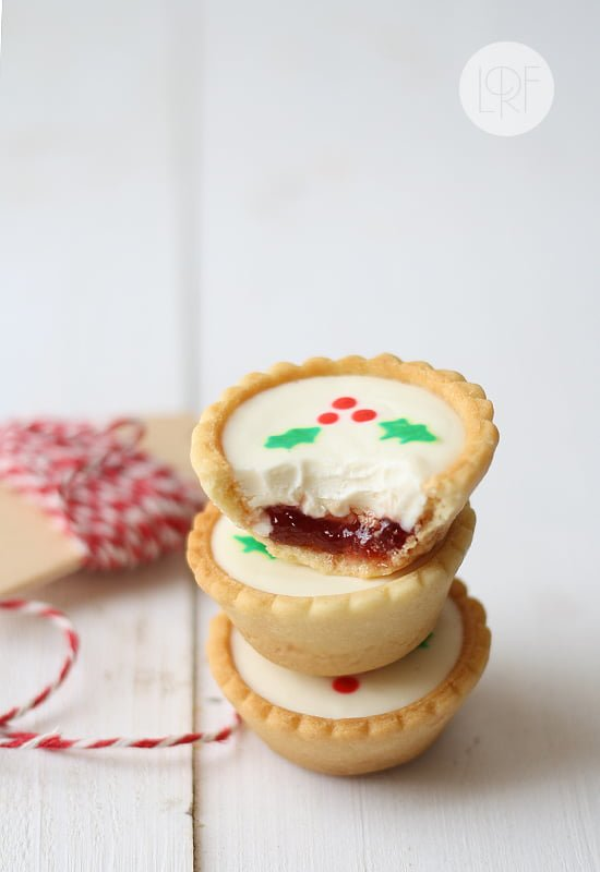 25 Christmas Cookie Recipes to make your holiday baking and gift giving easier! | www.housewivesofriverton.com